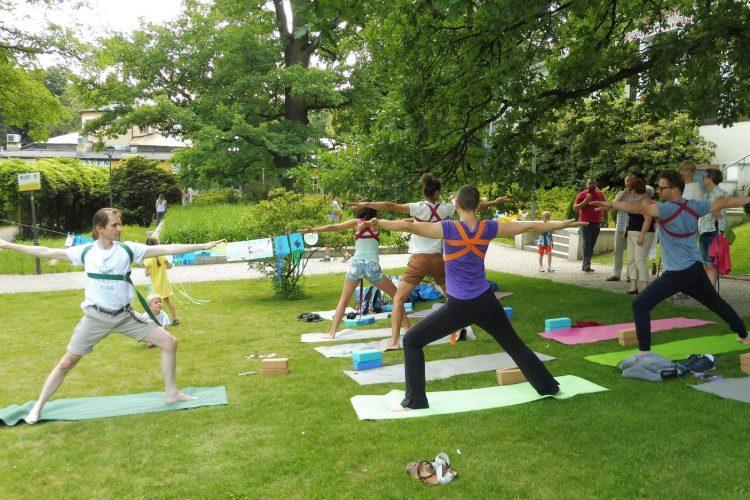 Piotr Bryja - zajęcia z jogi na trawie, fot. A. G-B Photography